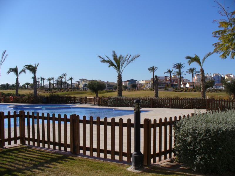 De la piscine donnant sur le parcours de golf à la zone principale du village
