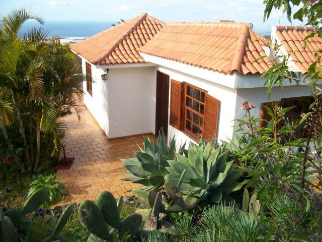 Casa Sol, aislada, vistas  mar y montaña, jardin priv. con frutas, cesped, flores y plantas autoct