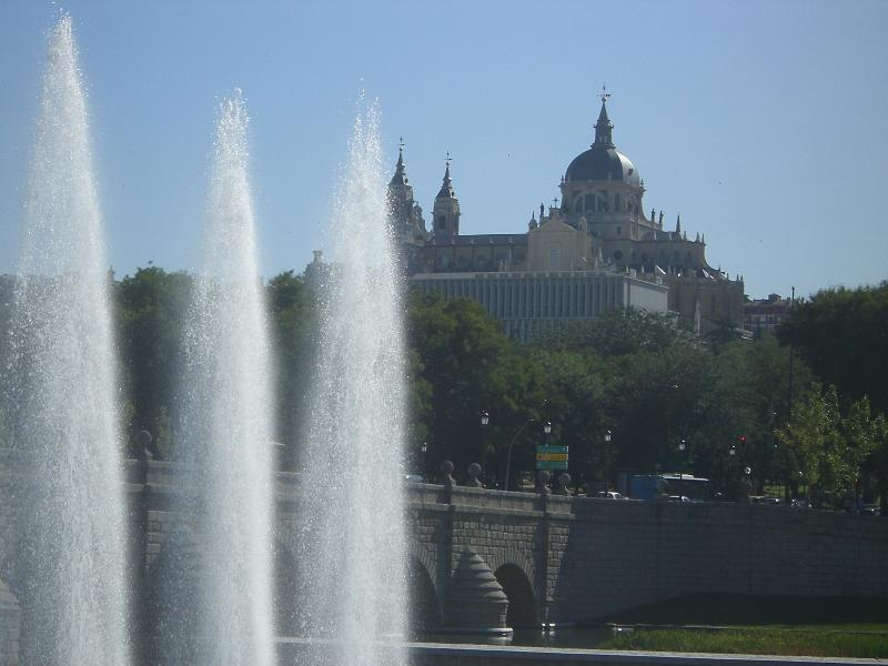 Beautiful and quiet apartment next to the Madrid Rio park near the center.