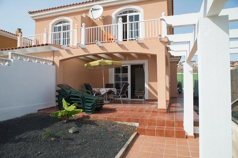 Aussenansicht 'Casa Playa' mit Balkon und Terrasse - noch junge Pflanzen im Garten