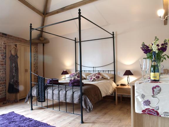 Master Bedroom met King Size Four Poster bed, flatscreen TV met vrij uitzicht.