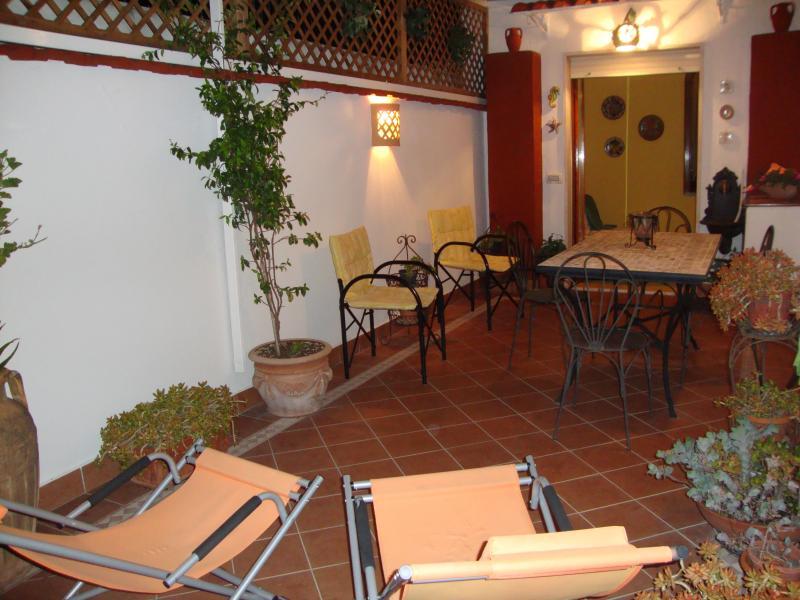 Sunny Holidays Grazioso appartamento con terrazza, holiday rental in Meta