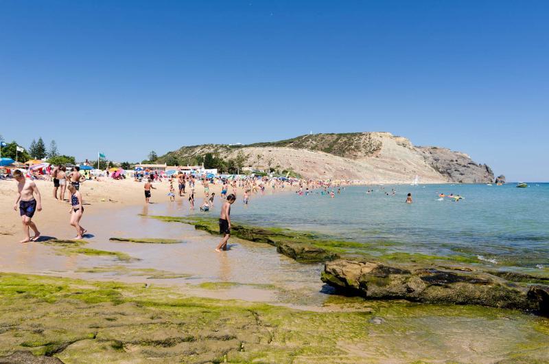 Luz strand met uitzicht op de Black Rock