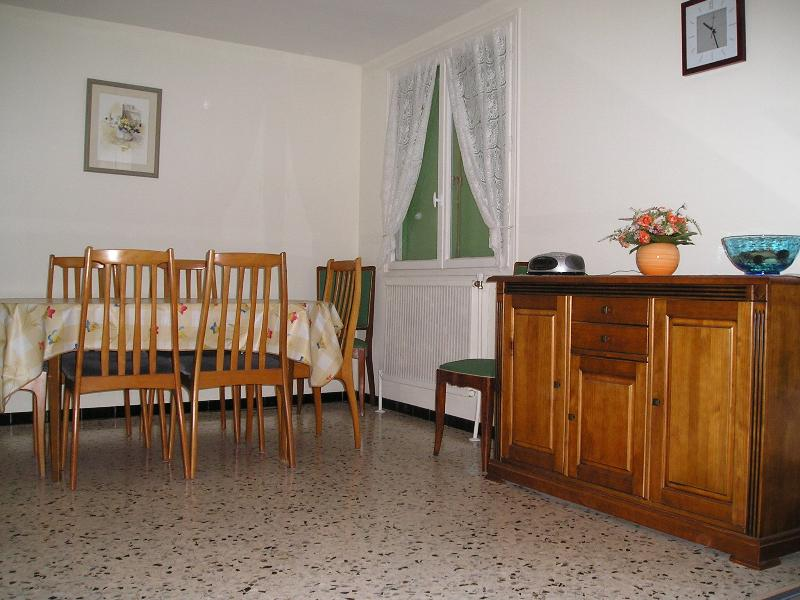 The traditionally-furnished dining room (1)