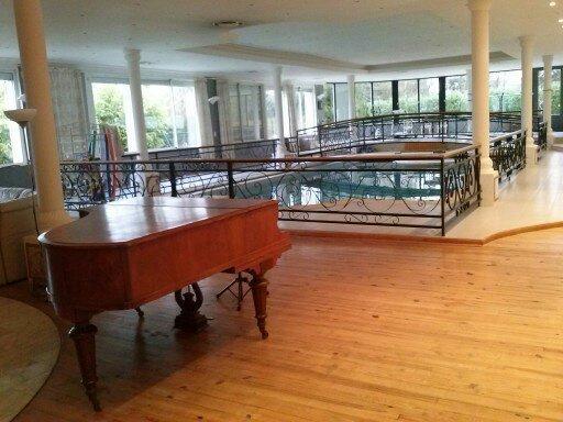 la salon avec son piano