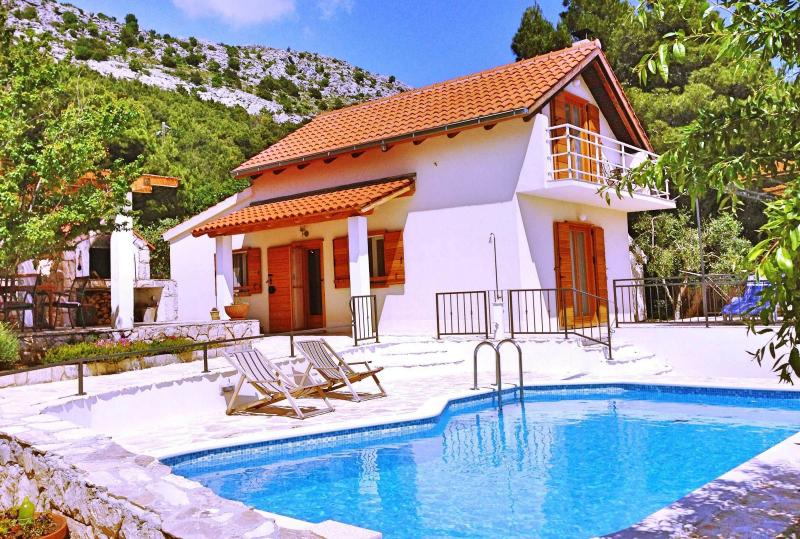 Villa Zoro 3-bedroom villa with private pool and amazing panorama, alquiler de vacaciones en Omis