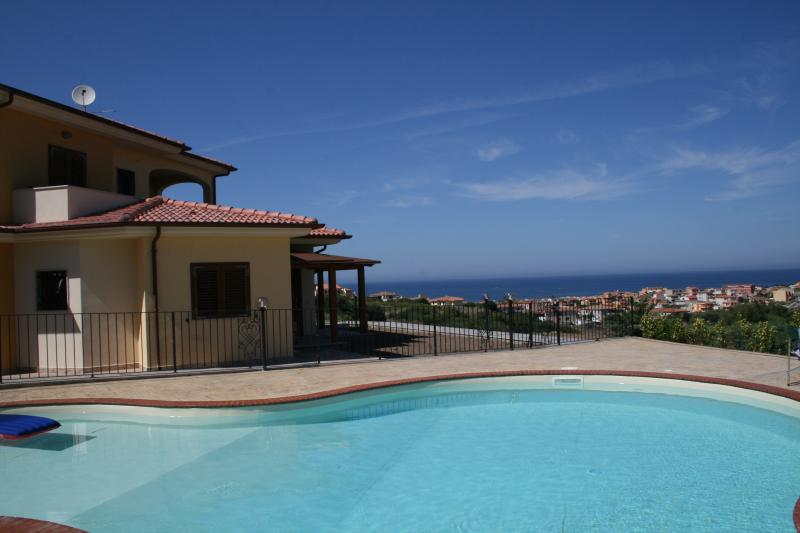 APARTMENT GIGA-STUNNING MODERN APARTMENT WITH SECURE PARKING& POOL, holiday rental in Nulvi