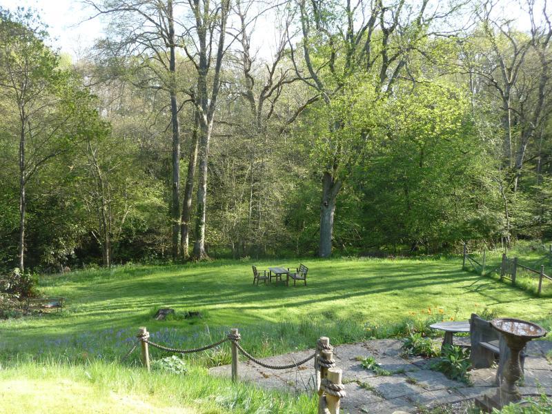 Gemeinsame Garten Unterstützung auf privaten Wald