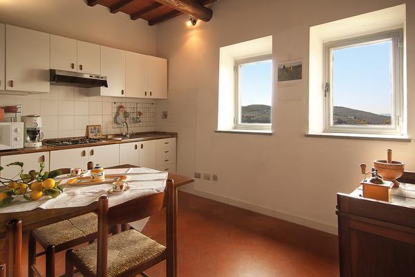 Mangiare nella comoda e luminosa cucina, godendo del panorama di Firenze è.....rilassante!