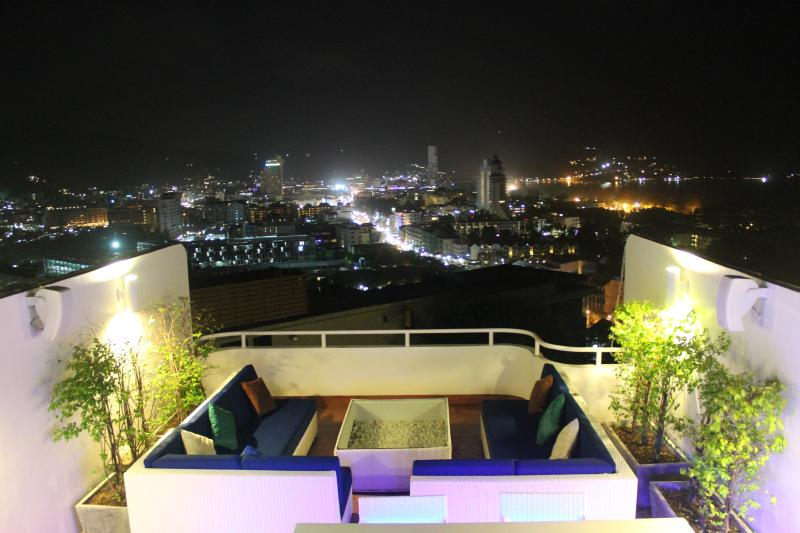 The 360 roof top with BOSE systems, bar, lounge, BBQ, gym and sun beds. Imagine New Years eve...