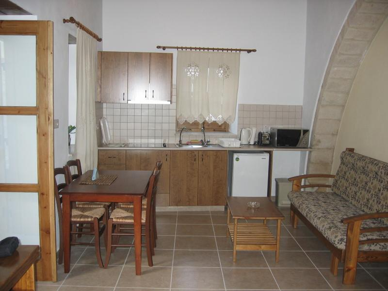 Omodos Katoi Holiday Cottage with Fireplace/3 Pax, holiday rental in Pano Platres