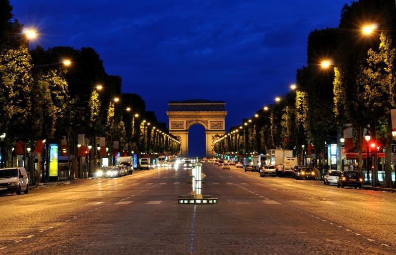 La plus célèbre avenue de Paris, les Champs-Élysées à 5 minutes de l'appartement...