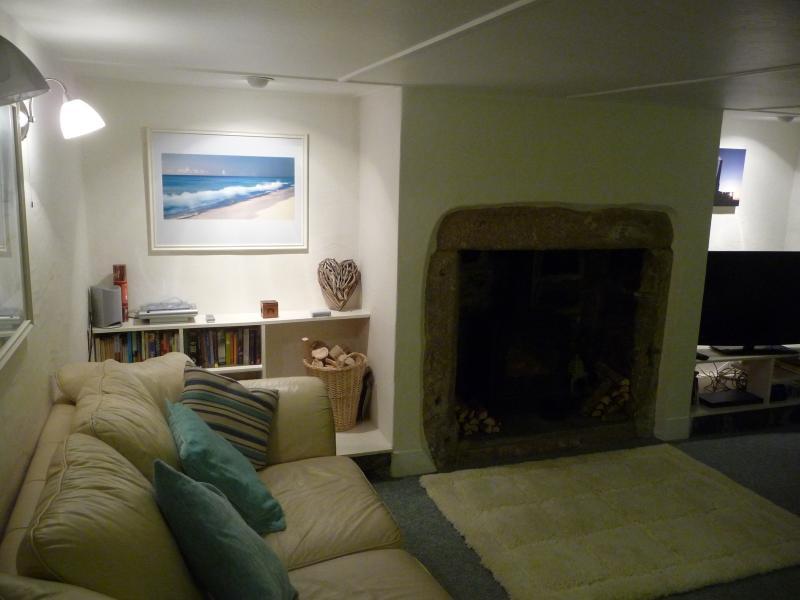 -Sala de estar acolhedora e pacífica com log fogão e TV 40'