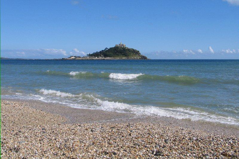 Monte do St Michaels na aldeia da praia principal
