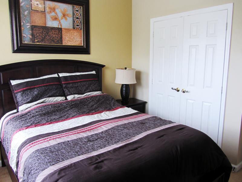 Quarto 2 - cama de casal, armário, unidade de gaveta, TV de tela grande embutido