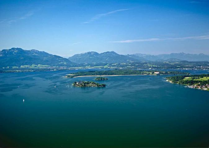 Chiemsee mit Fraueninsel und Chiemgauer Alpen