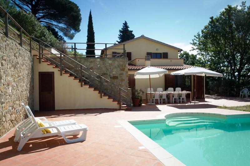 Swimming pool and terrasses at Villa Casa al Pino in Riparbella, Tuscany