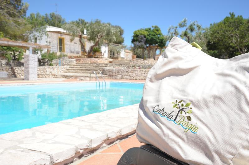 La zona relax:piscina,lettini,docce