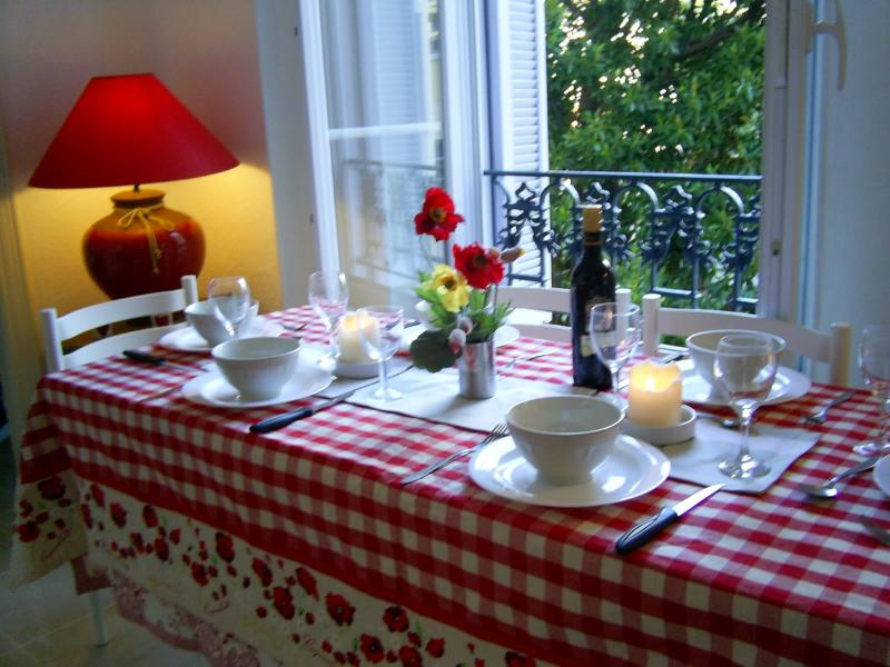 Provencal dining for 6 people overlooking garden