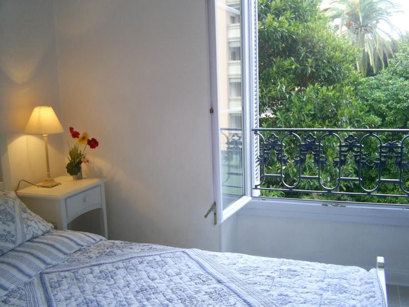 Twin bedroom--bright+spacious -overlooks garden