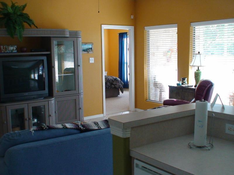 Gran habitación y televisión de edad a la vista.