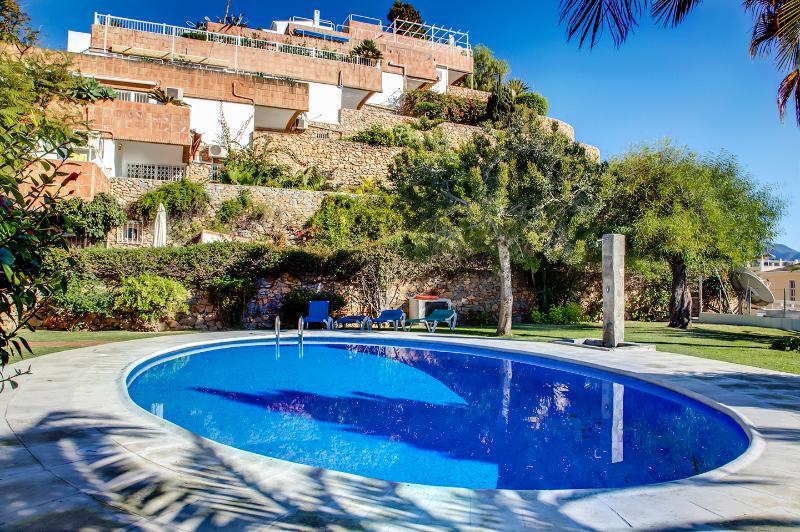 Relajarse en la piscina con tumbonas y sillas reclinables