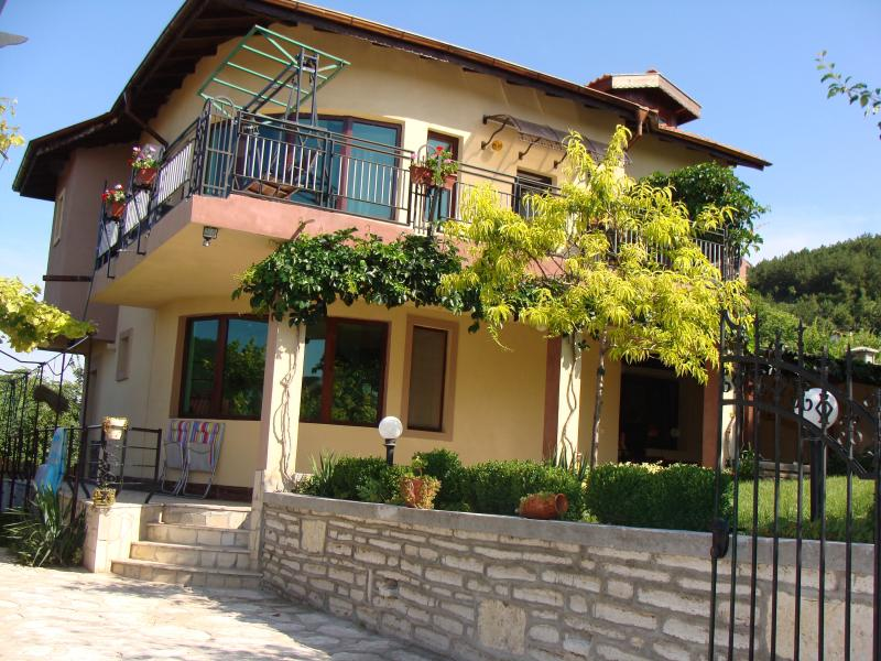 House With Terrace And Garden, location de vacances à Rogachevo