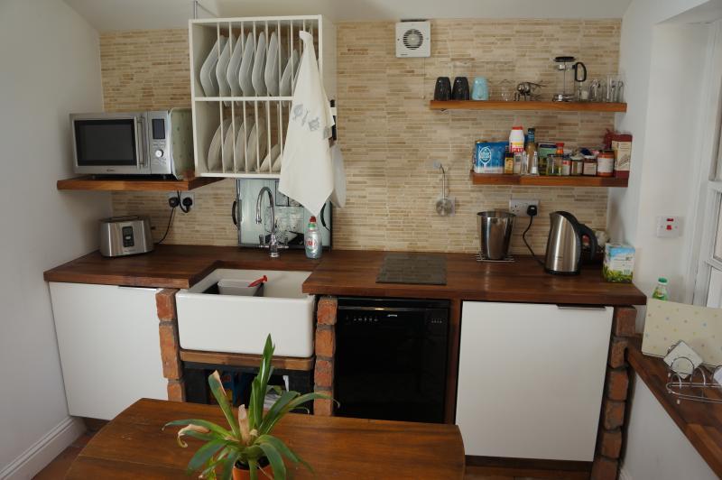 cozinha com máquina de lavar secador e teto montado secadora de roupas
