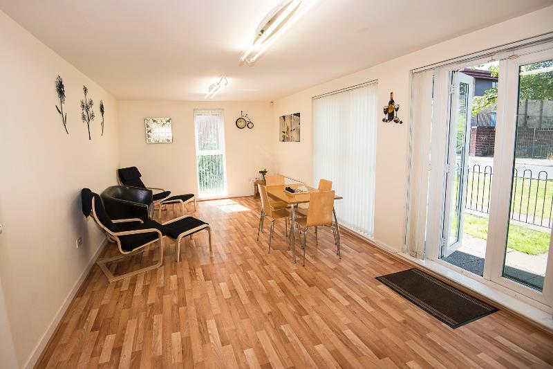 Wohn-Esszimmer mit Zugang zur Wohnung auf der rechten Seite