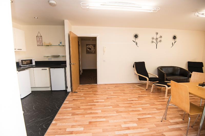 Blick vom Eingang der Wohnung mit Küche, Esszimmer und Flur