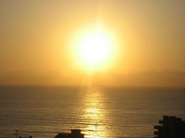 Salida del sol sobre el mar desde la terraza
