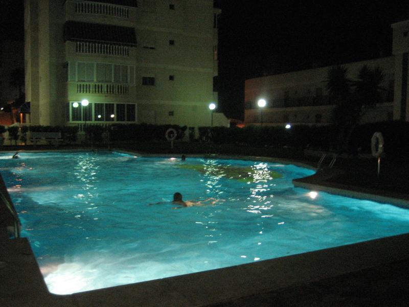 piscina de noche iluminada. En uso hasta 23:00 h.