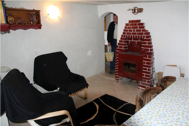 For chilly evenings the snug has a wood-fired stove and heats the central heating system