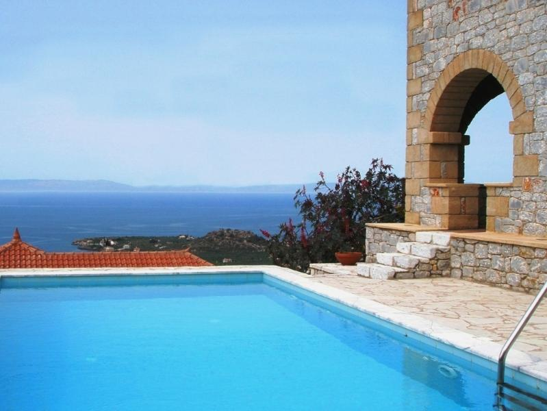 Luxury stone villa Ialeira in Stoupa with stunning sea views and privacy., aluguéis de temporada em Agios Dimitrios