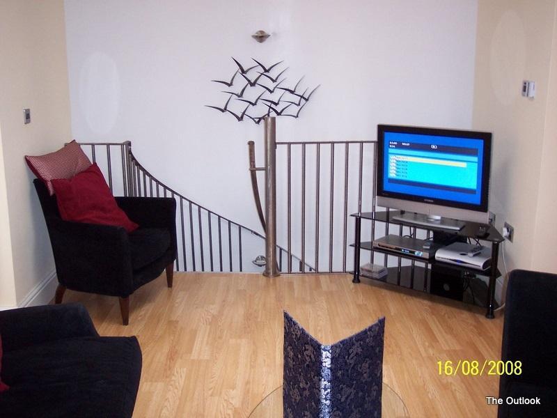 salón con las escaleras a la cocina