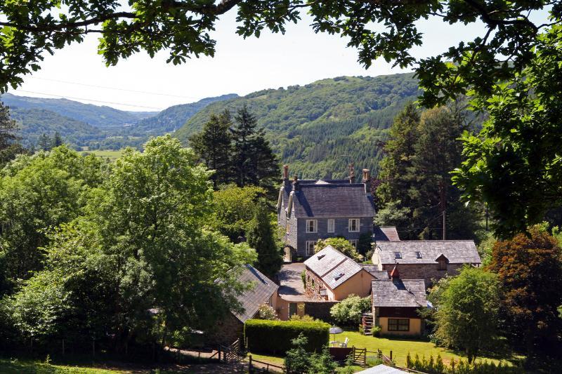 Översikt av Plas Meini Estate i avskild miljö med enastående panoramautsikt.