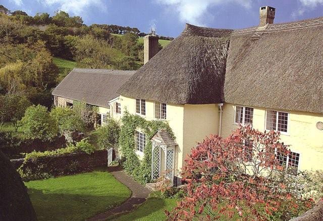 Eine schöne Stroh Devon Langhaus mit Pool.