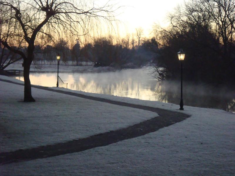 Vista do rio gelado do seu lodge