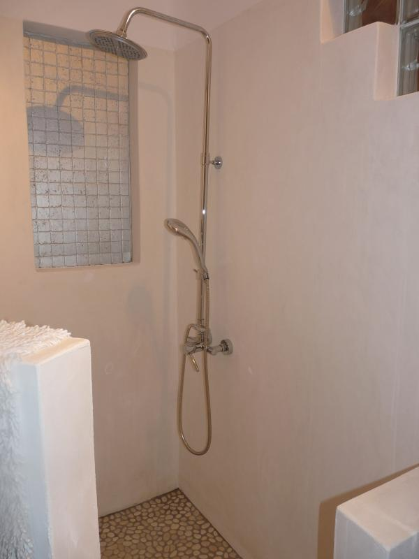 Shower in lower ground floor twin bedroom