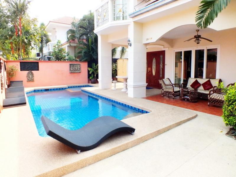 4 BEDROOM WALKING STREET 15 MIN RIDE AWAY, holiday rental in Pattaya