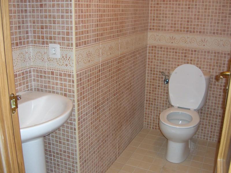 2. WC - Toilette und Waschbecken (plus Haartrockner)