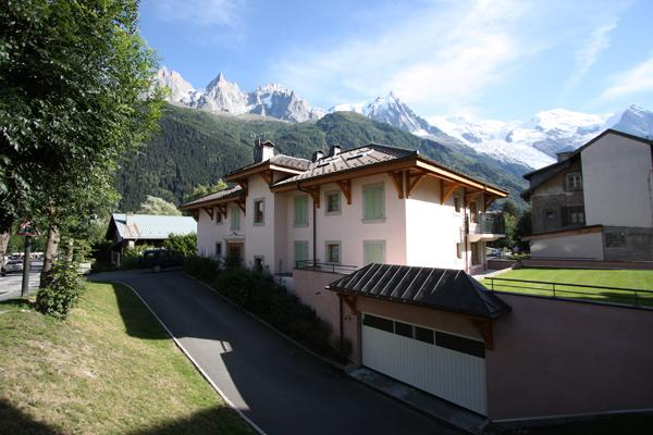 Vue latérale extérieure du bâtiment et des montagnes