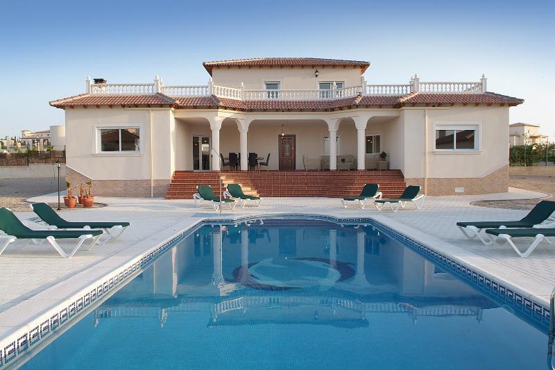 Villa Cassablanca. Sleeps 9 plus 2 cots. Heated pool. Beautiful views of mountains. 20 mins Murcia.