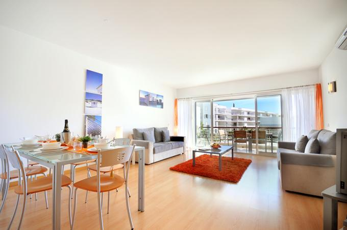 Cómodo Plan abierto salón-comedor área, aire acondicionado, nueva Sony 32' con cielo completo paquete