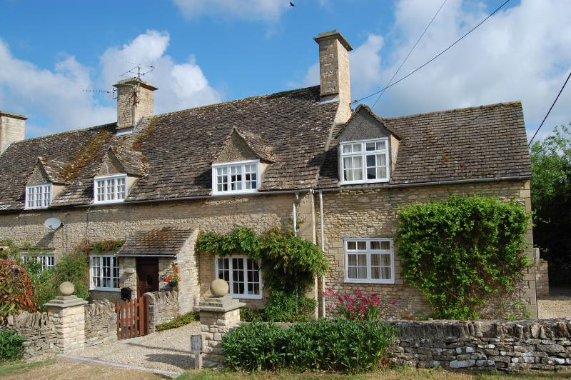 MAY IN  THE COTSWOLDS. CAN ISOLATE. LARGE GARDEN.  FAST WIFI. VILLAGE WITH PUB, vacation rental in Gloucestershire