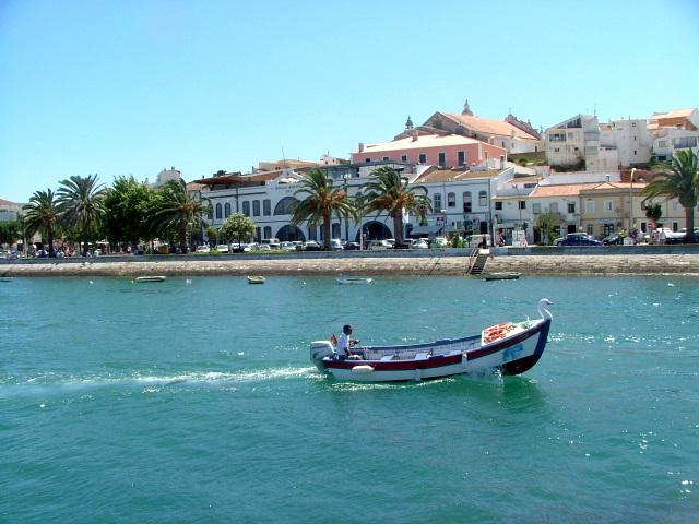 Pêcheur dans le port avec Fishmarket en arrière-plan