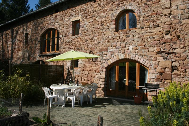 La Singlarie II and its large terrace, private garden and terrific views to Najac