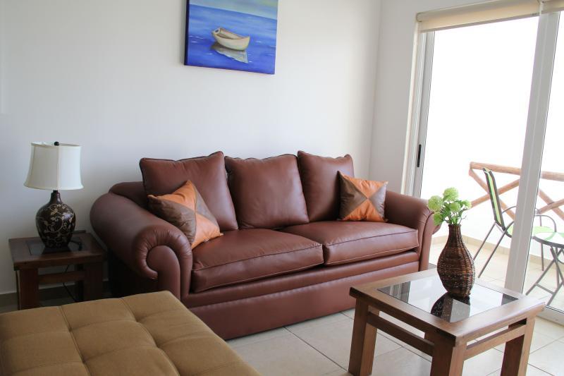 Mobiliario nuevo y cómodo en sala de estar