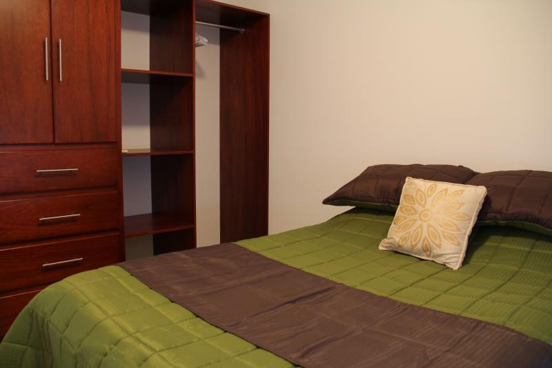 2 º dormitorio con cama doble y amplios placares