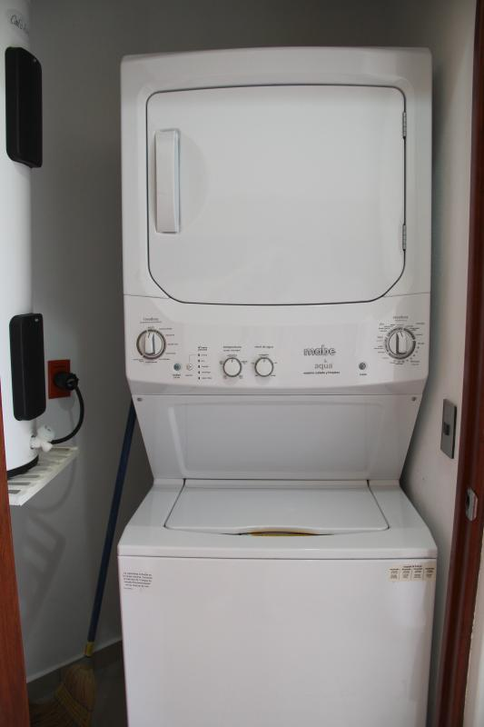 Secadora y lavadora de tamaño completo en suite